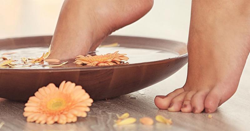 Como fazer escalda-pés: Saiba como relaxar e hidratar os pés