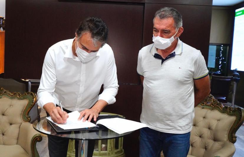 Camilo Santana sanciona lei que torna programa Auxílio-Catador política permanente de Estado