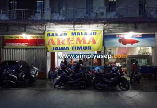 MEGAH: Inilah kedai Bakso Arema Malanvg di kawasan Sungai Raya Dalam Pontianak diambil fotonya sebelum pulang. Foto Asep Haryono