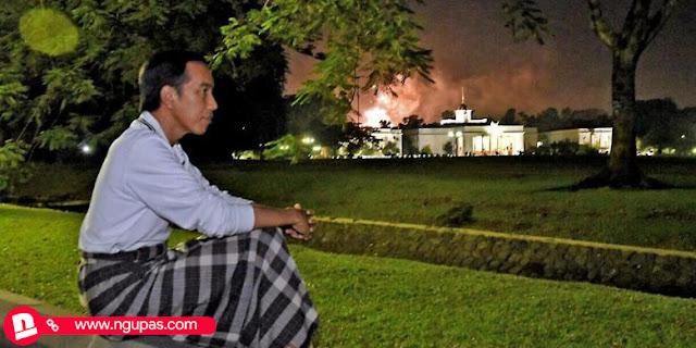 Jokowi saksikan jembang api di rumah dengan Kemeja dan Sarung