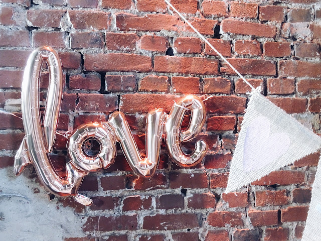 Love-Ballon-Schriftzug auf einer modernen Vintage-Hochzeit als Lieblinge & Inspirationen der Woche | www.mammilade.blogspot.de