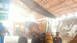 Binmas Desa Cinunuk Cileunyi Polresta Bandung Bantu Penyandang Disabilitas saat Penyaluran BST