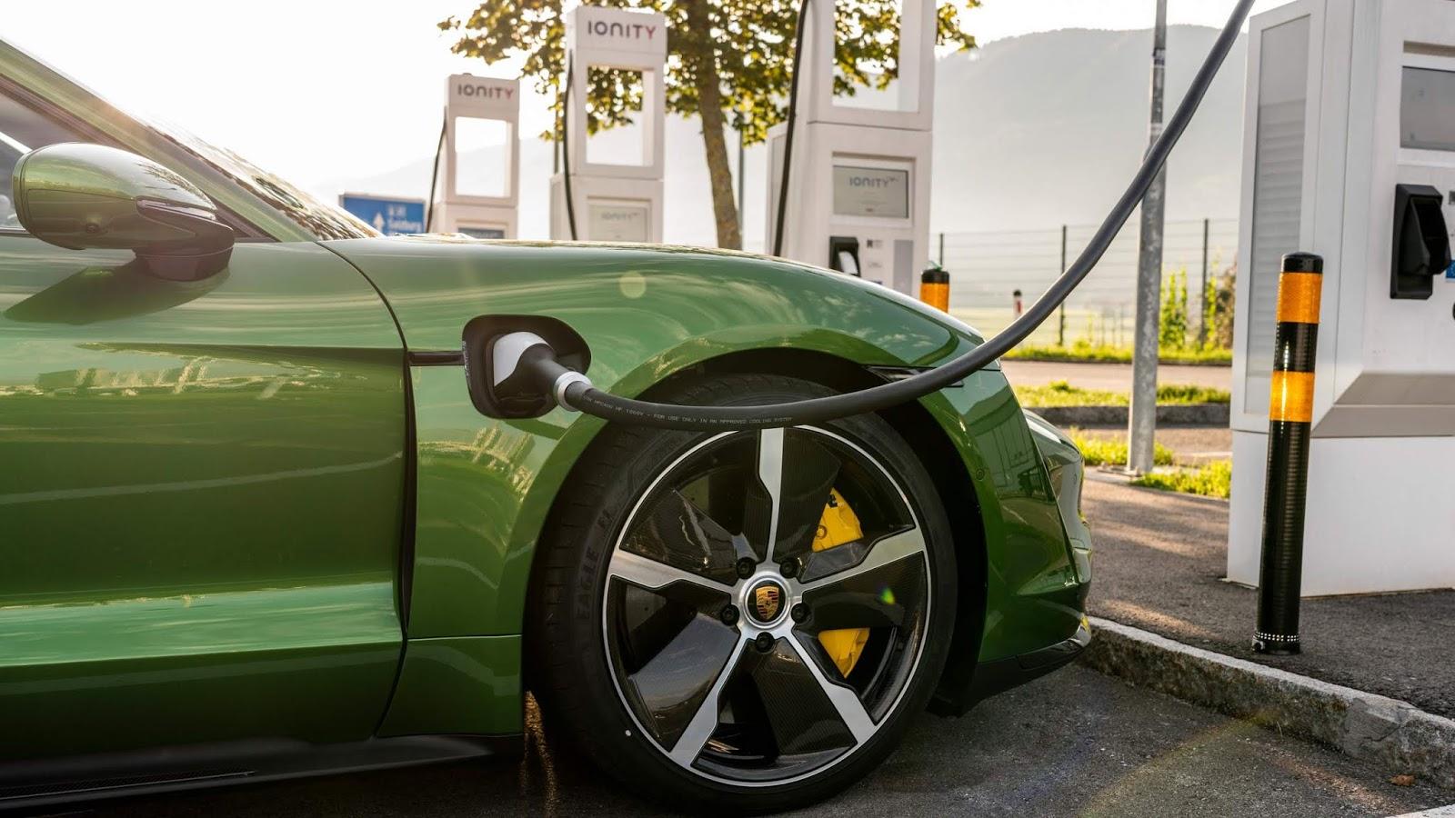 Porsche prepara recall do Taycan para corrigir problema de software