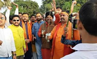 हाथ मे तलवार लिए हुए विधायक रणविजय सिंह