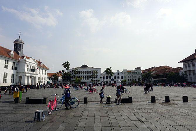 Aktivitas pengunjung di area luas Kota Tua Jakarta