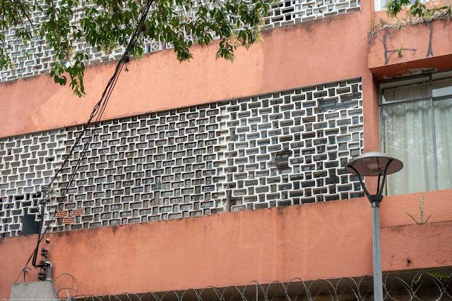 Cobogós em pequeno edifício na Rua Duque de Caxias