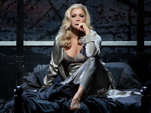 Lady Macbeth (Anna Netrebko), dans Macbeth de Verdi, le modèle de l'héroïne de The Young Lady
