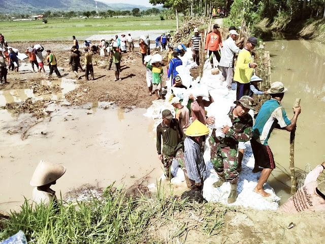 Tanggul Jebol, TNI Polri Dan Relawan Turun Tangan Memperbaikinya