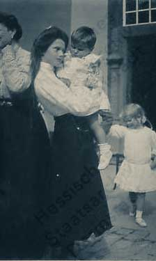 Tatiana com bebê no colo em viagem a Alemanha