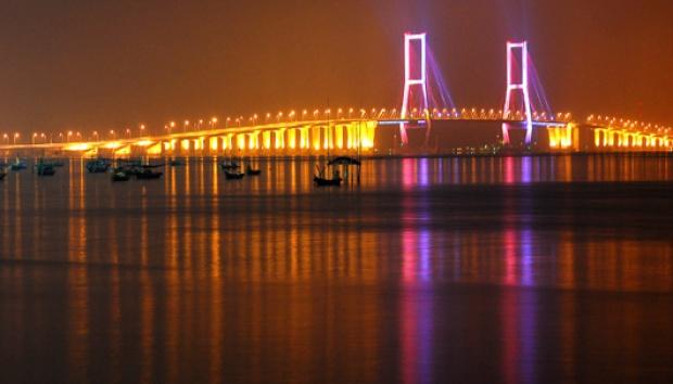 Wisata malam di sisi Jembatan Suramadu