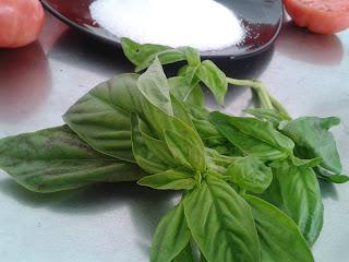 Unos de los ingredientes que se utilizan para la mermelada de tomate y albahaca