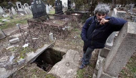 Serem,, Pria ini Tidur Bersama Mayat di Liang Kubur Selama 15 Tahun