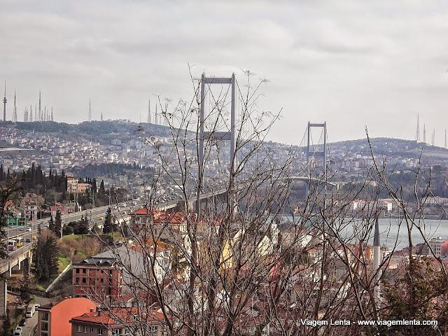 A ponte do estreito de Bósforo ligando Europa e Ásia