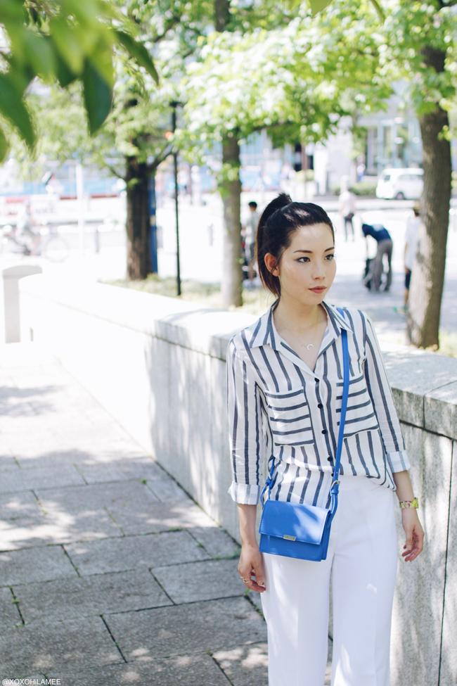 ファッションブロガー日本人 今日のコーディネート、ブルーストライプてろてろ素材シャツ、ホワイトワイドレッグパンツ、ブラックストラップサンダル、ブルーショルダーバッグ、アイライクペーパー-ペーパーウォッチ、ホーンネックレス