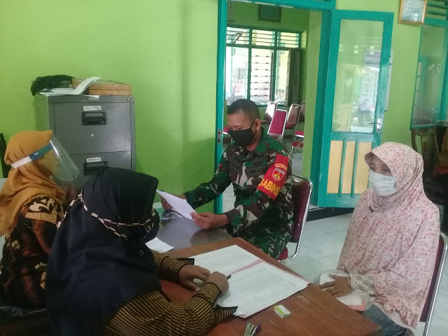Babinsa Koramil 22/Wonosari amankan Penyaluran BLT Dana Desa Tahap II