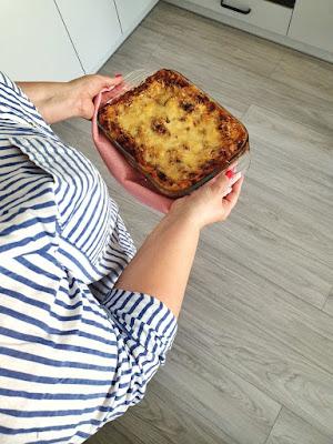 zena-nosi-peceno-testo-lazanje-vrelo-ukusno-jelo