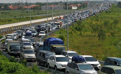 Gambar 1 Suasana Macet di Jalan Tol - Sumber: https://jateng.tribunnews.com/