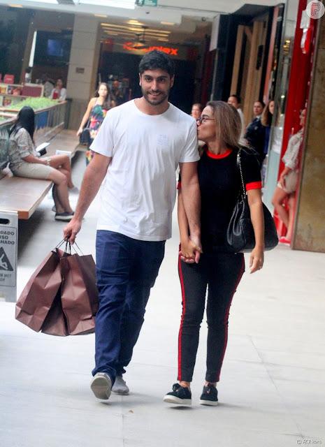 Anitta, com look casual, e o marido, Thiago Magalhães, vão às compras. Fotos!
