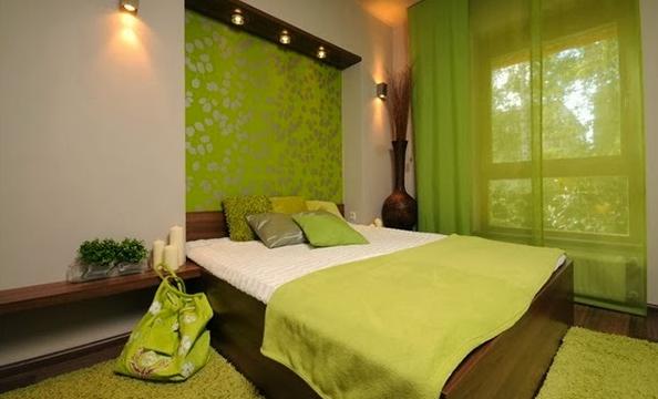 desain kamar tidur dengan warna hijau alam agar terkesan