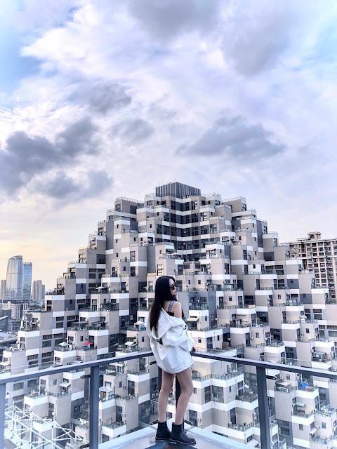 Kể từ khi được xây dựng xong, tòa nhà giống kim tự tháp này trở thành điểm tham quan nổi tiếng của du khách trong và ngoài nước. Nhiều người đến đây để tận mắt chứng kiến công trình có 1-0-2. Tuy nhiên, hầu hết du khách đều cho rằng nhìn lâu vào tòa nhà sẽ thấy chóng mặt.