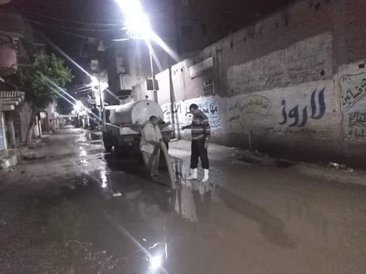 """"""" نور ..... الجسوووور """" في دجي الليل يواصل بإصرار شفط مياه الأمطار"""