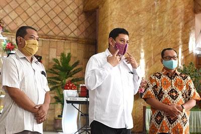 Walikota Kediri Abdullah Abu Bakar meninjau persiapan penerapan prosedur standar era kenormalan baru di rumah ibadah.