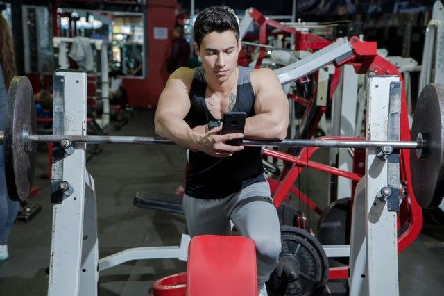Het effect van kleuren op het benadrukken van de spieren van het lichaam