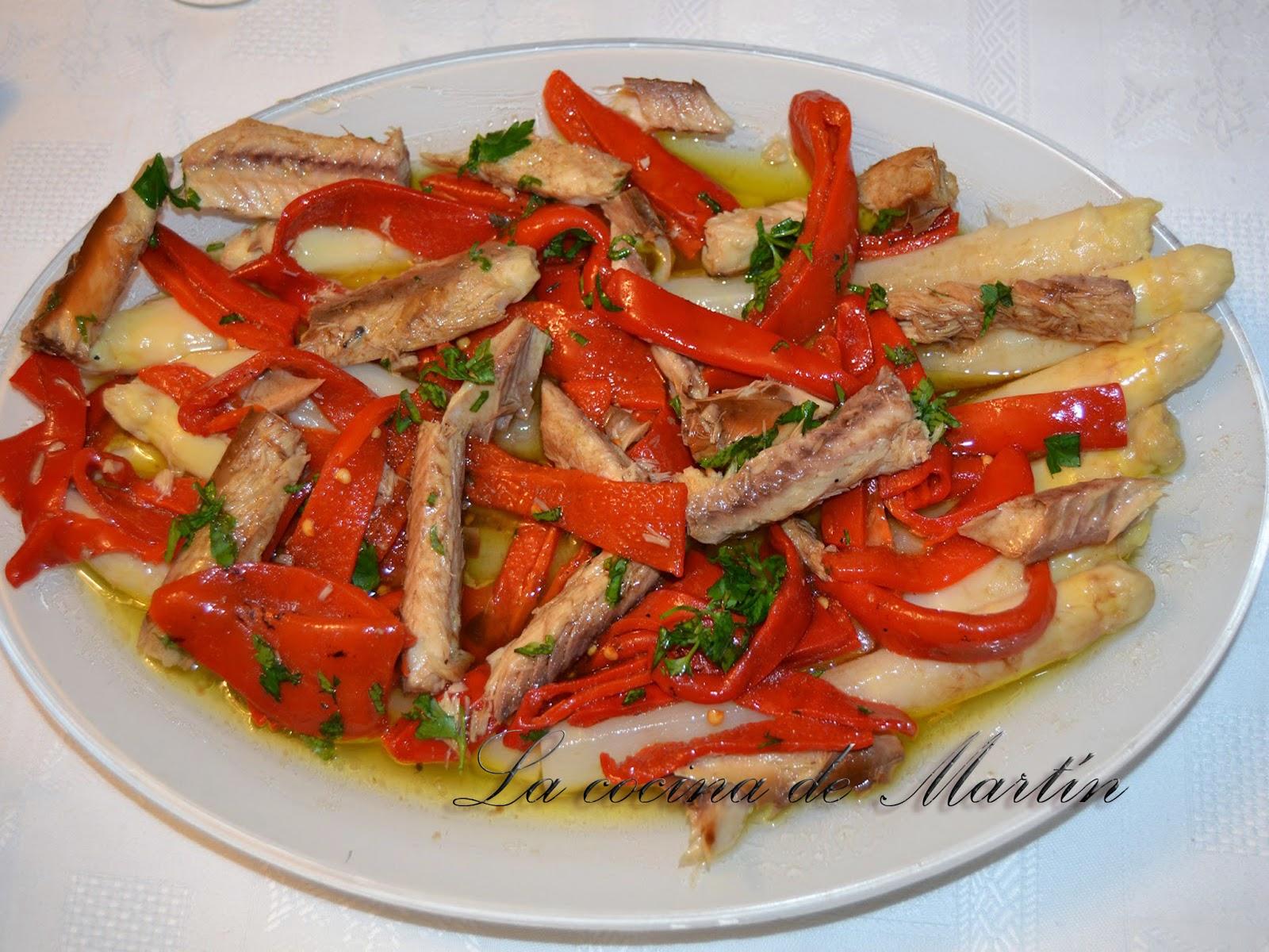 La cocina de mart n ensalada de lomos de caballa con esp rragos blancos y pimientos del piquillo - Cocinar con conservas ...