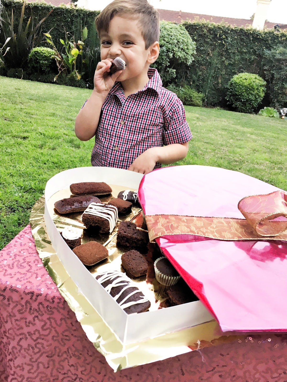 Do Tell Anabel Giant Valentine S Day Box Of Chocolate Cakes