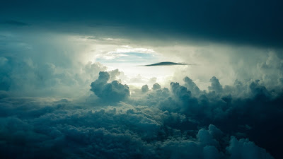صورة للسماء وهي متلبدة بالغيوم الكثيفة