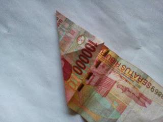 Gambar uang kertas berbentuk hati