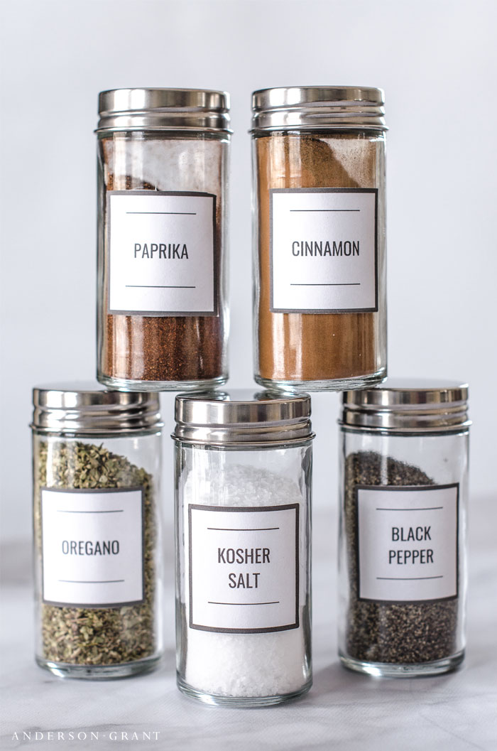 Download these modern spice jar labels and find out tips for organizing your spices. #organizing #freeprintable #printablespicejarlabels #kitchenorganization