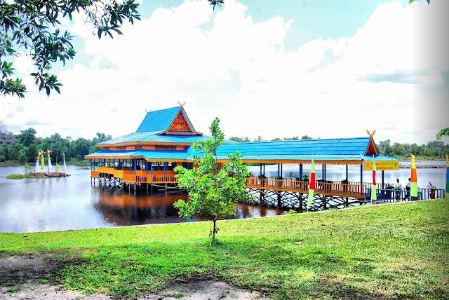 Danau Bunga Tujuh Terletak di Kota Dumai provinsi Riau. Dumai merupakan kota industri. Dumai merupakan wilayah administrasi terluas ketiga di Indonesia setelah Kota Palangka Raya dan Kota Tidore Kepulauan. Kota Dumai berawal dari sebuah dusun kecil di pesisir timur Provinsi Riau.Dumai awalnya bagian dari Kabupaten Bengkalis, dan dimekarkan pada tahun 1999.
