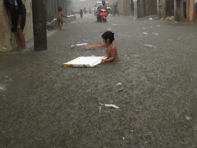 Enfants cambodgiens qui se baignent dans la rue