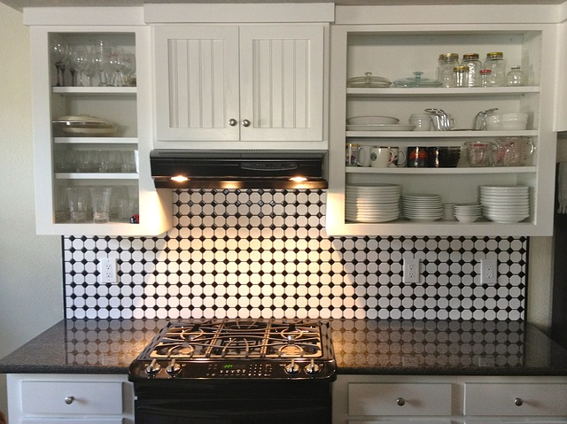5 Cara Mudah Membersihkan Lemak Pada Pintu Rak Dapur