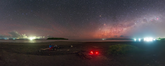 Big Dipper dan Southern Cross di Pantai Maba, Indonesia