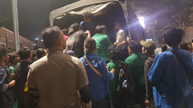 Pasukan Marinir Evakuasi Ratusan Mahasiswa