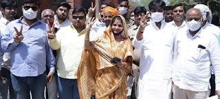 पूर्व सांसद की पत्नी श्रीकला धनंजय सिंह ने नामांकन पत्र दाखिल किया  | #NayaSaberaNetwork