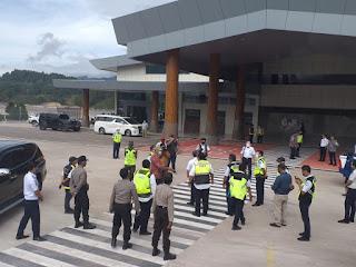 Kapolsek Mengkendek Pimpin Pengamanan Kunker Dirjen Perhubungan Udara di Bandara Toraja Airport