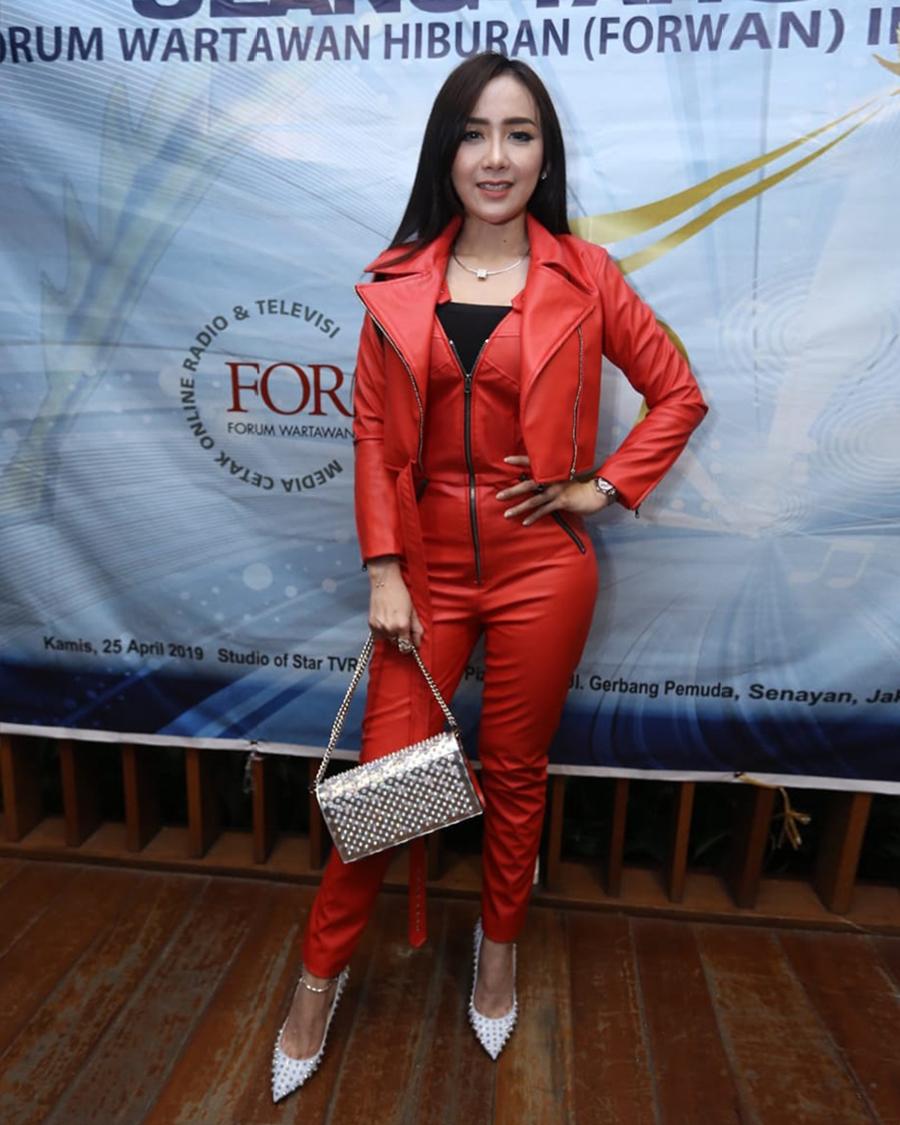 Uci Sucita artis cantik manis baju merah ketat