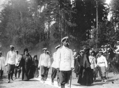 Ο Τσάρος Νικόλαος Β' με μέλη της οικογένειάς του  πηγαίνοντας προς το αγίασμα του Οσίου Σεραφείμ του Σαρώφ.