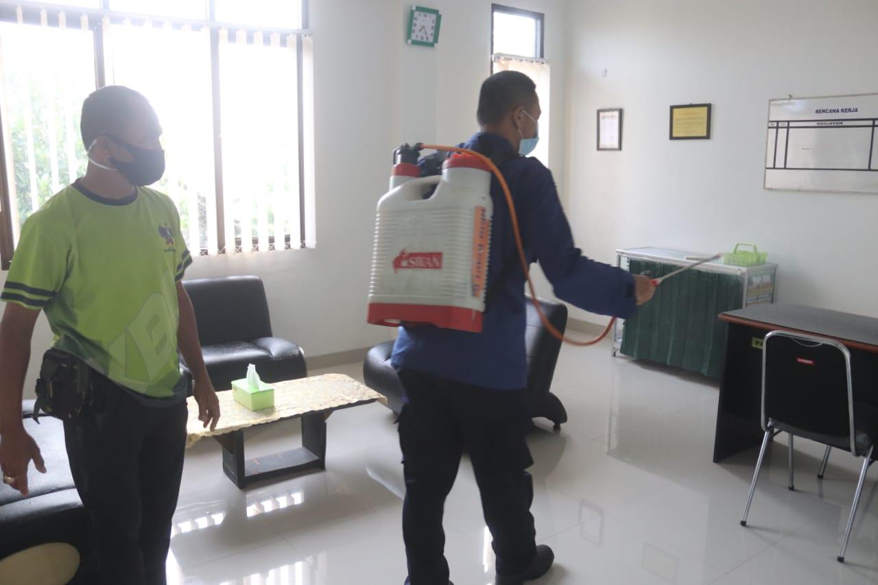 Kapok TUUD Kodim 0410/KBL Peltu H. Senen mendampingi Tim Satgas Covid-19 Kota Bandar Lampung, dalam rangka penyemprotan cairan disinfektan