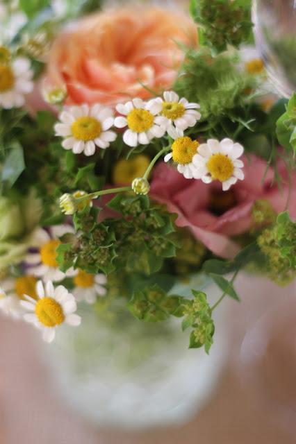 Tischblumen Pastell und Vintage Hochzeit in zarten Regenbogenfarben, Riessersee Hotel, Garmisch, Bayern, vintage lake-side wedding in pastel colours, Germany, Bavaria, wedding destination