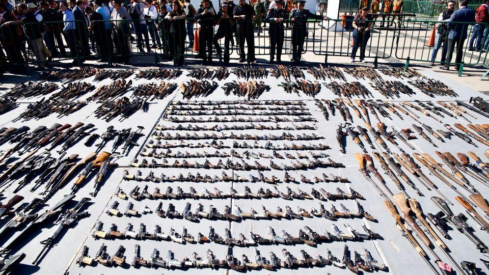 Fotos; Chapeadas en oro y con Jesús Malverde, destruyen más de mil armas del Narco en Culiacán