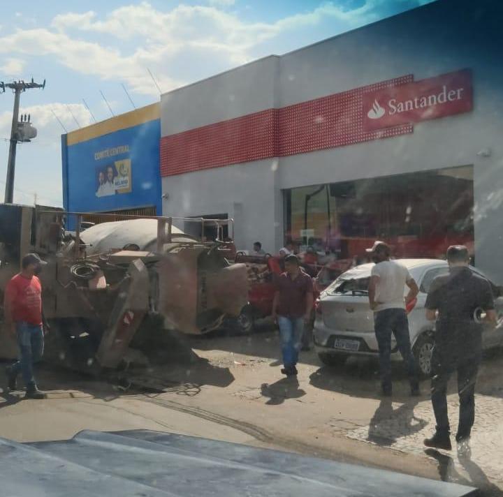 Caminhão tomba e atinge carros em Juazeiro do Norte