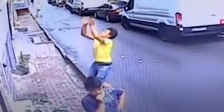 Garoto salva criança que caiu de prédio; veja o vídeo