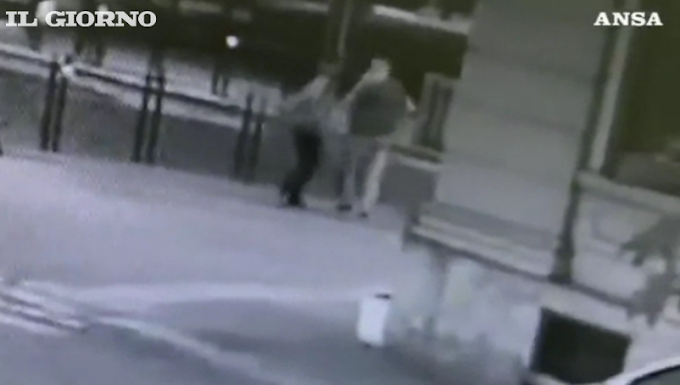 Ucciso in piazza a Voghera: in un video la vittima colpisce l'assessore