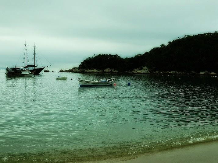 Embarcações atracadas na Baía dos Golfinhos, Governador Celso Ramos