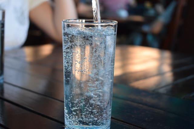 Minum air putih yang cukup, rutin aja deh konsumsi biar badanmu lebih enteng