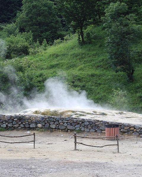 Burası Kelbecer bölgesindeki İstisu yerleşimidir.  İstisu maden kaynakları, 1138 yılında şiddetli bir deprem sırasında dünyanın şişmesi ve çatlaması sonucu oluşmuştur. Bölgedeki İstisu pınarının etrafına 1928 yılında aynı isimde bir sanatoryum inşa edildi. Kimyasal bileşimleri ve fiziksel özellikleri nedeniyle, bu sular dünyaca ünlü Karlovy Vary kaynaklarına (Çek Cumhuriyeti) benzer ve birçok açıdan dünyada benzersizdir. Fotoğraflardan da anlaşılacağı üzere bölgedeki mesire alanlarını Ermeniler tamir etmemiş. Bu şekilde turistler ve kendileri geldi, dinlendi ve ayrıldı.